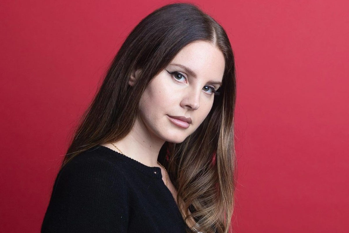 Lana Del Rey Shows Off Her Stunning Hairstyle Change From The Stage